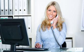 Wir suchen Mitarbeiter, die am Telefon lächeln können (Foto: Fotolia/Picture-Factory)